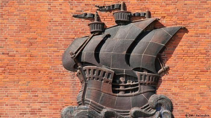 Кирпичный портовый склад с изображением ганзейского корабля на фасаде в Штральзунде
