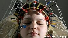 In einem Labor der Klinik für Neurologie am Universitätsklinikum Jena trägt die Probandin Christin Lemke am 04.12.2008 eine mit vielen Elektroden versehene Haube zur Messung vor Hirnströmen. Dieses Prinzip des Elektroenzephalogramms (EEG) ist 1924 vom Jenaer Psychologen Hans Berger (1873-1941) erfunden worden, Berger veröffentlichte seine Forschungen zur Messung der Gehirnaktivitäten jedoch erst 1929. Das EEG ist auch heute noch ein wichtiges Verfahren der medizinischen Diagnostik, das die moderne Technik des Magnetenzephalogramms (MEG) ergänzt. Foto: Jan-Peter Kasper dpa/lth +++(c) dpa - Report+++