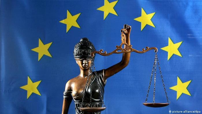 Justitia als Symbol der Rechtsprechung mit EU Flagge (picture-alliance/dpa)