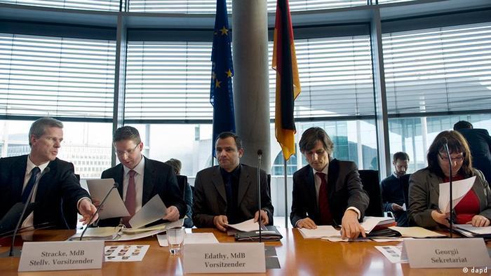 Der Vorsitzende des NSU-Untersuchungsausschusses, Sebastian Edathy (M.), neben weiteren Abgeordneten und Mitarbeitern. (Foto: dapd)