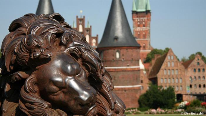 Спящий лев перед Голштинскими воротами в Любеке