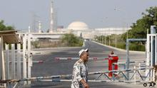 """ARCHIV: Ein iranischer Sicherheitsbeamter geht an einem Tor des Atomkraftwerks Buschehr (Iran) vorbei (Foto vom 20.08.10). Eine Abordnung ranghoher Delegierter der Internationalen Atomenergiebehoerde (IAEA) besucht vom Sonntag (29.01.12) bis Dienstag (31.01.12) im Zusammenhang mit dem Atomprogramm der Islamischen Republik den Iran. Es handelt sich um eine diplomatische Mission. Die IAEA wollte auf Nachfrage keine genaue Zahl der Delegierten nennen und machte keine Angaben dazu, mit wem die Delegation zusammentrifft und ob einzelne Atomanlagen besichtigt werden sollen. Das Ziel der Mission ist es laut Pressemitteilung, """"alle ausstehenden, grundlegenden Angelegenheiten zu klaeren"""". (zu dapd-Text) Foto: Vahid Salemi/AP/dapd"""