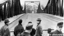 ARCHIV - Blick am 10.02.1962 über den Schlagbaum auf Westberliner Seite auf die Glienicker Brücke in Berlin, auf der kurz zuvor der Austausch von Gary Francis Powers stattgefunden hatte. Powers war am 10. Februar 1962 von der Sowjetunion aus der Haft entlassen und den Amerikanern übergeben worden. Als Gegenleistung gaben die USA den 1957 zu 30 Jahren Haft verurteilten sowjetischen Spion Rudolf Iwanowitsch Abel frei. Der US-Pilot Gary Powers wurde am 1. Mai 1960 während eines Erkundungsfluges mit einer U 2 über der Sowjetunion abgeschossen und wegen Spionage verurteilt. dpa (zu dpa 4309 vom 08.07.2010 - nur s/w) +++(c) dpa - Bildfunk++