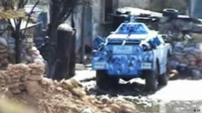 This image from amateur video made available by Shaam News Network on Thursday, Feb. 9, 2012, purports to show a Syrian military tank in Homs, Syria. (Foto:Shaam News Network via APTN/AP/dapd) THE ASSOCIATED PRESS CANNOT INDEPENDENTLY VERIFY THE CONTENT, DATE, LOCATION OR AUTHENTICITY OF THIS MATERIAL. TV OUT