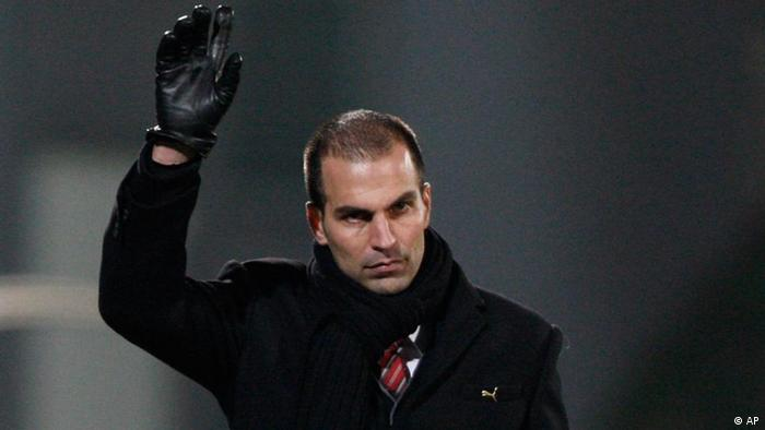 Stuttgart's coach Markus Babbel is seen during the German soccer cup DFB Pokal, third round match between SpVgg Fuerth and VfB Stuttgart in Fuerth, Germany, Tuesday, Oct. 27, 2009. (AP Photo/Matthias Schrader)** NO MOBILE USE UNTIL 2 HOURS AFTER THE MATCH, WEBSITE USERS ARE OBLIGED TO COMPLY WITH DFB-RESTRICTIONS, SEE INSTRUCTIONS FOR DETAILS **