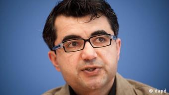 Berlin/ Ferhad Ahma, Mitglied im Syrischen Nationalrat (Syrian National Council/SNC), spricht am Freitag (10.02.12) waehrend einer Pressekonferenz in Berlin. Foto: Timur Emek/dapd