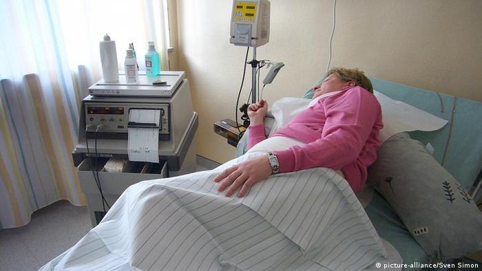 سيدة مريضة في المستشفى
