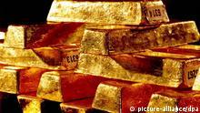 JAHRESRÜCKBLICK 2011 - Goldbarren der Deutschen Bundesbank liegen in Frankfurt/Main im Tresor (undatiertes Archivfoto). Der Goldpreis ist am Montag 11.07.2011 angesichts der Sorgen wegen der Schuldenkrise auf ein neues Rekordhoch auf Euro-Basis gesprungen. Im späten Vormittagshandel verteuerte sich eine Feinunze (etwa 31 Gramm) zeitweise auf 1095,02 Euro und kostete damit so viel wie noch nie. Foto: Bundesbank/dpa +++(c) dpa - Bildfunk+++