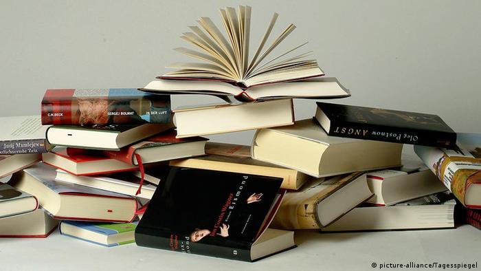 Themenbild Bücher, Buchmesse # Verschiedene Bücher übereinander gestapelt, aufgeschlagen; Bücherstapel, Bücherhaufen. Aufgenommen am 7.10.2003. © Mike Wolff