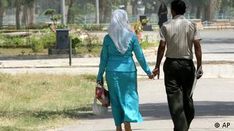 یک زوج جوان در روز والنتاین در پارک بزرگ زورا در بغداد