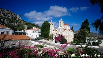 Η απαγόρευση αφορά εκκλησίες σε τουριστικά μέρη, όπως για παράδειγμα στη Ρόδο.