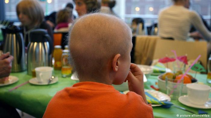 Niños con cáncer sentados en una mesa
