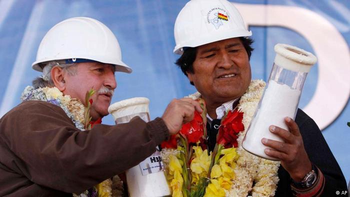 Evo Morales durante una visita a una planta de litio en el Salar de Uyuni, en 2009.