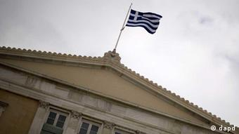 Die Flagge Griechenlands weht in Athen auf dem Dach des Parlamentsgebaeudes (Foto: dapd)