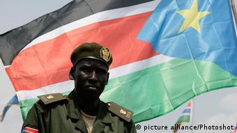 Mann vor südsudanesischer Flagge (Bild: picture alliance/Photoshot )