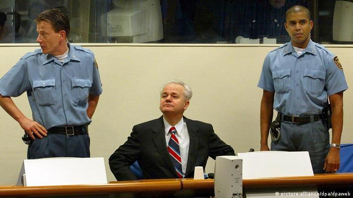 Kriegsverbrecher-Prozess gegen Milosevic (picture-alliance/dpa/dpaweb)
