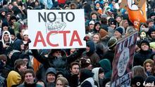 Bayern/ Ein Demonstrant haelt am Samstag (11.02.12) waehrend einer Demonstration gegen das geplante Anti-Produktpiraterie-Abkommen ACTA in der Innenstadt von Muenchen ein Plakat mit der Aufschrift No to ACTA. Nach Polizeiangaben nahmen in Muenchen rund 16.000 Demonstranten teil. Das Abkommen, das zwischen der EU, den USA und neun weiteren Laendern das Vorgehen gegen Produktpiraterie vereinheitlichen soll, gefaehrdet aus Sicht der Kritiker den Datenschutz. Deutschland will den Vertrag vorerst nicht unterzeichnen. (zu dapd-Text) Foto: Lukas Barth/dapd