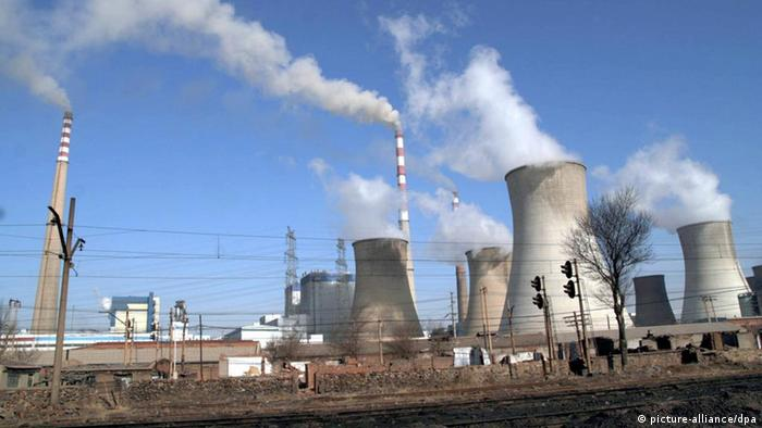 (Smoke is seen emitted from chimneys and cooling towers (c) dpa - Report+++ dpa 15851357