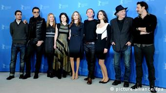 Das Team In the Land of Blood and Honey bei der Berlinale 2012 (Quelle: Angelika Warmuth dpa +++(c) dpa - Bildfunk+++)