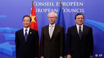 Herman van RompuyFrom left, China's Prime Minister Wen Jiabao, European Council President Herman Van Rompuy and European Commission President Jose Manuel Barroso stand together during an EU China summit at the EU Council building in Brussels on Wednesday, Oct. 6, 2010. The EU and China meet for a formal summit on Wednesday to discuss the trade gap and currency issues. (AP Photo/Virginia Mayo) +++ Bitte nicht für Flash-Galerien verwenden+++