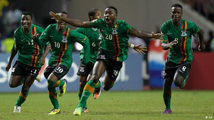 Zambia's captain Christopher Katongo, left, and teammates celebrate after winning the African Cup of Nations final soccer match against Ivory Coast at the Stade de l'Amitie in Libreville, Gabon, Sunday Feb. 12, 2012. (Foto:Themba Hadebe/AP/dapd)