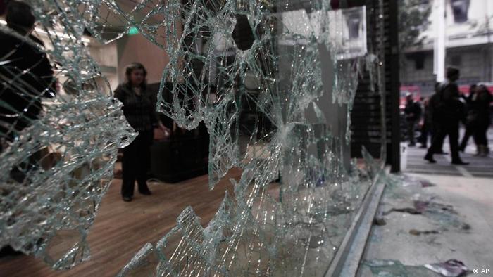 Ausschreitungen in Athen, Griechenland: zerbrochene Glasscheibe