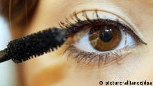 ARCHIV Das Auge einer jungen Frau wird in einer Filiale von Douglas in Dortmund geschminkt