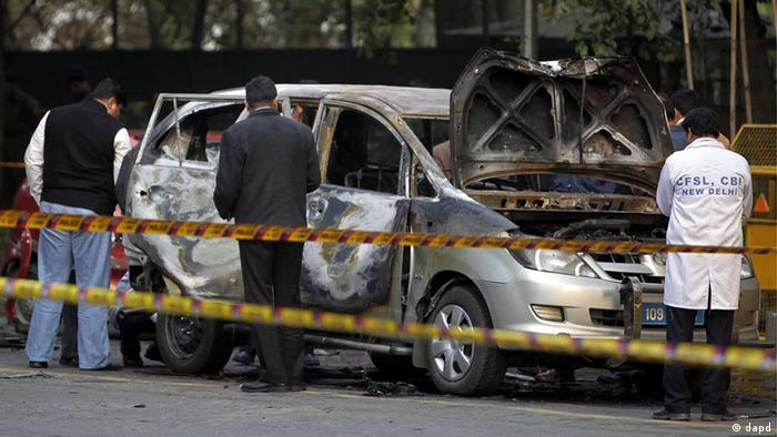 Indian security and forensic officials examine a car belonging to the Israel Embassy after an explosion tore through that in New Delhi, India, Monday, Feb. 13, 2012. The driver and a diplomat's wife were injured, according to Indian officials. (Foto:Mustafa Quraishi/AP/dapd)