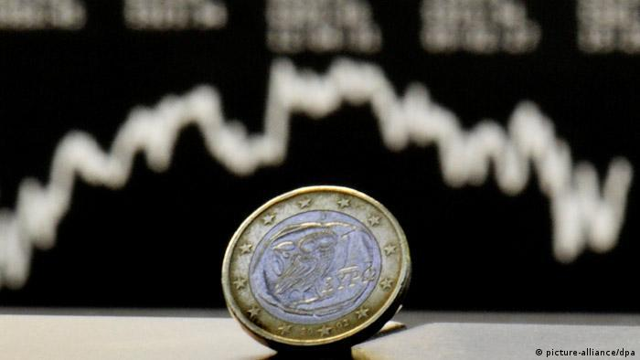 Монета евро, на заднем плане - график биржевого индекса