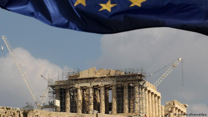JAHRESRÜCKBLICK 2011 - A European Union flag waves accross the Parthenon of Acropolis in Athens, Greece on 03 November 2011. Political developments are extremely fluid on Thursday in Athens, a day after a high-profile meeting in Cannes between Greek PM George Papandreou and the German and French leaders, Angela Merkel and Nicolas Sarkozy, a meeting that resulted in the Papandreou government backing off a decision for a referendum in January -- ostensibly to approve a lending agreement -- and instead eyeing a referendum in December over the question of Greece's membership in the Eurozone. EPA/ORESTIS PANAGIOTOU +++(c) dpa - Bildfunk+++