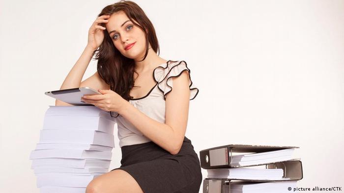 Junge Frau mit iPad