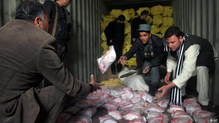 Афганцы на складе наркотиков, упакованных в пакеты