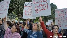 *****ACHTUNG!!! DIESE BILDER NUR IM ZUSAMMENHANG MIT DEM BEITRAG HELDINNEN FÜR EINEN FRÜHLING NUTZEN!!!!!!******* Demonstration für Frauenrechte in Tunis. Heldinnen für einen Frühling ? Als die Tunesier am 14. Januar 2011 Präsident Ben Ali außer Landes jagten schrien tausende Frauen und Männer auf der großen Demonstration in Tunis gemeinsam gegen das Regime an. Spezielle Anliegen von Frauen waren damals noch kein Thema, schließlich sind die Tunesierinnen seit der Unabhängigkeit Mitte der 1950er Jahre weitestgehend gleichgestellt – und stolz auf ihre Rechte. Doch ein Jahr nach der Revolution fürchten viele Frauen um diese Errungenschaften. Zugeliefert am 14.2.2012. Copyright: DW/S.Mersch.