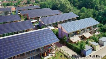 Una urbanización en Friburgo con tejados cubiertos con paneles fotovoltaicos.