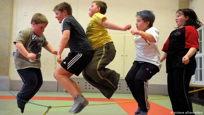 An Fettleibigkeit leidende Kinder in einer Turnhalle