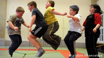 Übergewichtige Kinder nehmen an einem Sportprogramm teil (Foto: dpa)