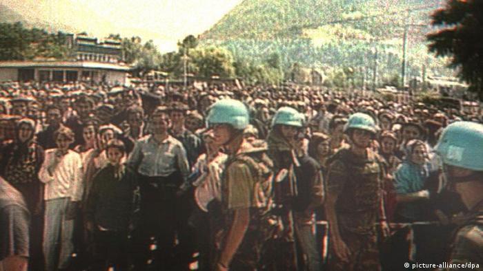 ARŞİV: Hollandalı Mavi Bereliler Srebrenitsa'dan kaçan Müslüman sivillerle.