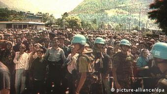 Голландски миротворцы и беженцы из Сребреницы