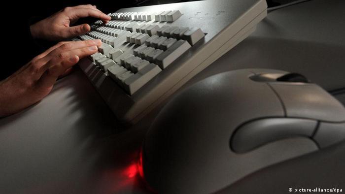 ARCHIV - ILLUSTRATION - Eine Frau tippt am 16.02.2011 in Hannover auf einer Computertastatur. Wer sich mit Hilfe der Gerichte gegen Abofallen und Betrug im Internet zur Wehr setzen will, steht nach Einschätzung der Hamburger Verbraucherzentrale häufig auf verlorenem Posten. Foto: Jochen Lübke dpa/lno (zu lno-KORR: «Verbraucherzentrale: Verfolgung von Internet-Betrügern schwierig» vom 30.10.2011) +++(c) dpa - Bildfunk+++