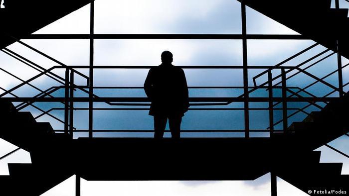 Symbolbild Treppen Mann Treppe
