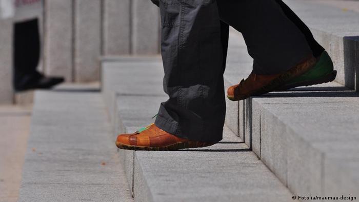 Symbolbild Treppe Treppen Stufen Füße Schuhe