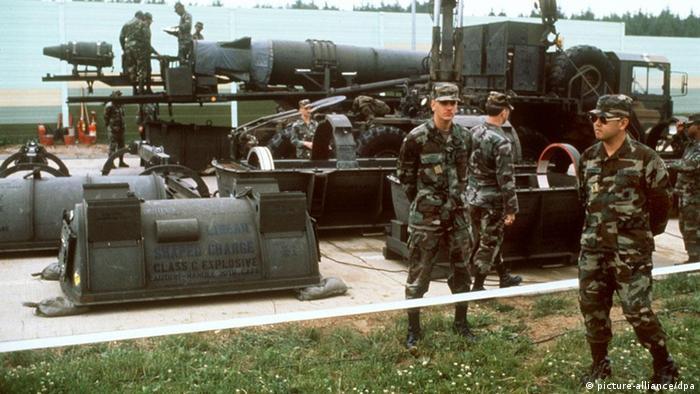 Soldados estadounidenses se preparan para retirar los misiles Pershing-II de una base en la ciudad alemana de Mutlangen.
