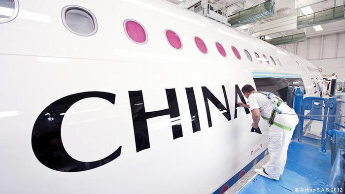 Airbus-Arbeiter lackiert den ersten A380 für China Southern Airlines