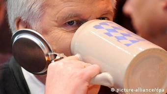 Bayerns Ministerpräsident Horst Seehofer trinkt Bier (Foto: dpa)