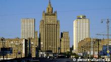 Russland - Moskau - Außenministerium Moskau (Russland): Blick auf das Gebäude des russischen Außenministeriums im typischen Zuckerbäckerstil zwischen den beiden Hoteltürmen Arbat I und Arbat II, aufgenommen am 26.05.2003. (BRL463-080803)