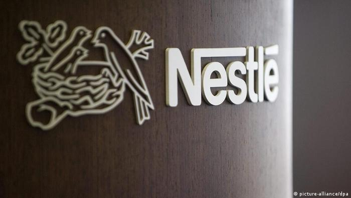 The Nestle logo is photographied on a podium during a press conference of the food and drinks giant Nestle in Vevey, Switzerland, 22 October 2009. (Photo: EPA/LAURENT GILLIERON +++(c) dpa)