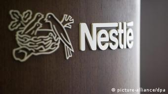 The Nestle logo is photographied on a podium during a press conference of the food and drinks giant Nestle in Vevey, Switzerland, 22 October 2009. Nestle, the wold?s biggest food and drink company reported its nine-month sales slipped 2.3 percent to 79.5 billion francs (52.6 billion euros, 78.9 billion dollars), hurt by a strong Swiss franc. EPA/LAURENT GILLIERON +++(c) dpa - Report+++
