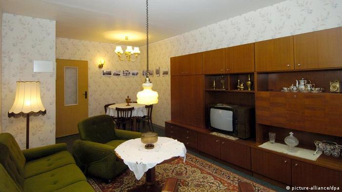 Ein typisches DDR-Wohnzimmer in einem Plattenbau-Museum in Berlin