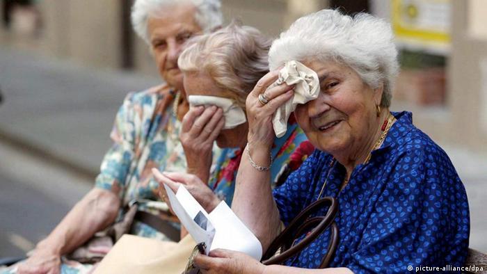 ARCHIV - Eine Gruppe älterer Frauen sitzt im italienischen Pontedera auf einer Bank und wischt sich an einem warmen Herbsttag den Schweiß von der Stirn (Archivfoto vom 01.10.2007). Die EU-Kommission empfiehlt einem Zeitungsbericht zufolge den Mitgliedsstaaten, die Menschen später in die Rente zu schicken. Das berichtet die «Financial Times Deutschland» in ihrer Freitagausgabe (28.05.2010) unter Berufung auf ein Grünbuch der Kommission. Das Renteneintrittsalter solle regelmäßig so angehoben werden, dass durchschnittlich nicht mehr als ein Drittel des Erwachsenenlebens im Ruhestand verbracht werde. Nach den Berechnungen der EU-Kommission liegt das reale Renteneintrittsalter derzeit im Durchschnitt der Union nur knapp über 60 Jahre. Damit gehen die Europäer deutlich früher in Rente als der Durchschnitt aller Mitglieder der Industrieländerorganisation OECD. EPA/FRANCO SIVI (zu dpa 0036) +++(c) dpa - Bildfunk+++