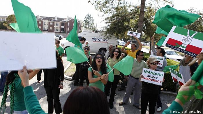 Members of the Green Movement of Iran protest outside the Islamic Education Center, a grade school and mosque, in Houston, Texas, USA 13 November 2009. Federal prosecutors took steps to seize this mosque and three other U.S. mosques in addition to a New York skyscraper owned by a nonprofit Muslim organization suspected of being secretly controlled by the Iranian government. EPA/AARON M. SPRECHER +++(c) dpa - Report+++